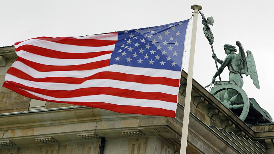Amerikanische Flagge am Brandenburger Tor