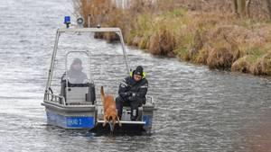 Ein Spürhund sucht auf einem See in Berlin nach Rebecca