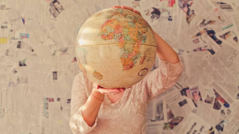 Frau mit Weltkugel in den Händen