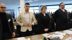Alaa S. steht neben seiner Verteidigerin in Dresden vor Gericht