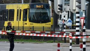 Forensiker untersuchen den Tatort - eine Straßenbahn in Utrecht