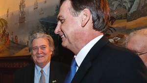 Treffenin der brasilianischen Botschaft in Washington: Brasiliens Präsident Jair Bolsonaro (r.) und Stephen Bannon, ehemaliger Chefstratege von US-Präsident Donald Trump.