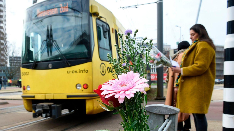 Menschen legen am Tatort in Utrecht Blumen nieder