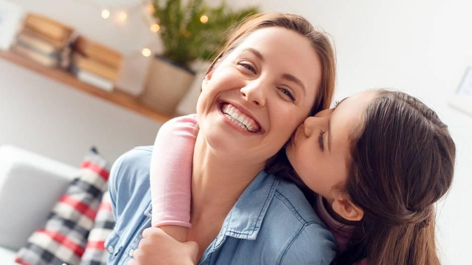 Tochter küsst Mutter