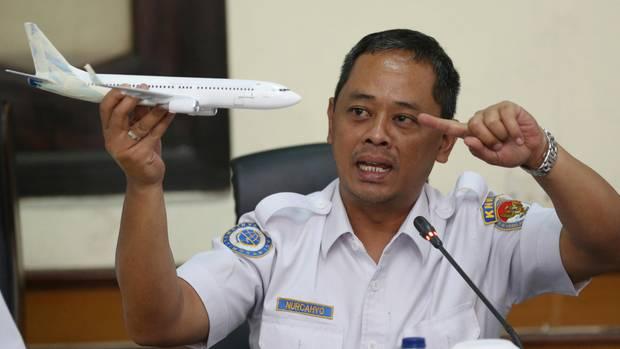 Der Ermittler des Nationalen Verkehrssicherheitskomitees, Nurcahyo Utomo, mit einemFlugzeugsmodell. Erstellt dieErgebnisse des Komitees zu seiner Untersuchung über den Absturz des Lion Air Fluges 610 vor.