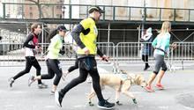Thomas Panek zusammen mit seinem Hund Gus, mit dem er nach zwei Stunden und zwanzig Minutendie Ziellinie des New-York-Halbmarathons überquerte