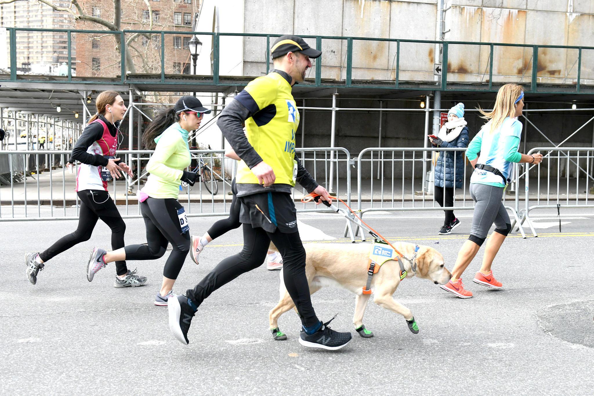 Halbmarathon in New York: Dieser blinde Marathonläufer hat Geschichte geschrieben – mit der Hilfe seiner Hunde