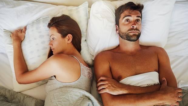 Mann und Frau nach Streit im Bett
