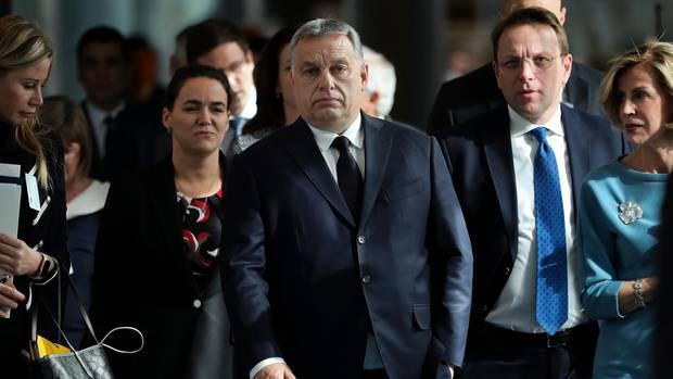 Viktor Orbán (M.) und seine Fidesz sind vorerst nicht mehr Mitglied der EVP