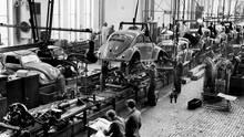Der VW-Käfer wurde schnell zum Symbol des Wirtschaftswunders. Foto von 1952.
