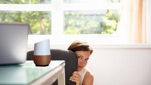 Frau hat Angst vor Google Home