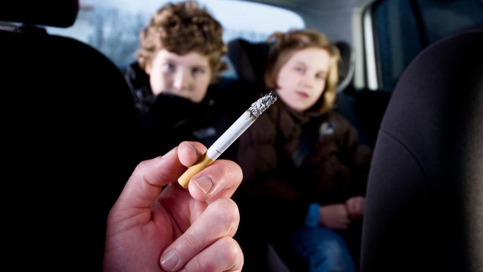 NRW fordert Rauchverbot im Auto