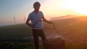 Finnauf dem Hof seiner Bekannten Celia beim Feuerholzsägen. Hier begann Finn erstmals, mit dem Fasten zu experimentieren.