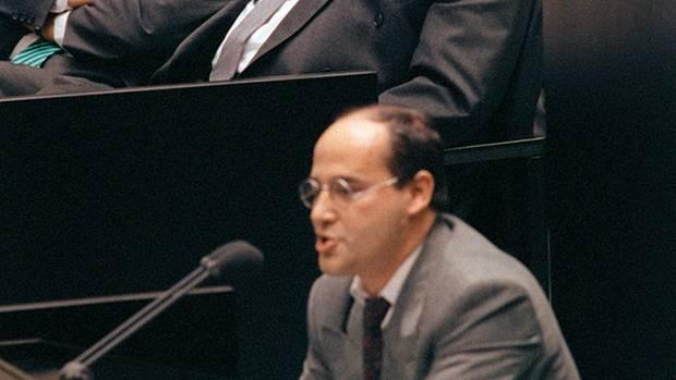 1990: Gysi hält seine erste Rede im Bundestag und greift dabei die SPD an. Bundeskanzler Kohl amüsiert sich wie Bolle.