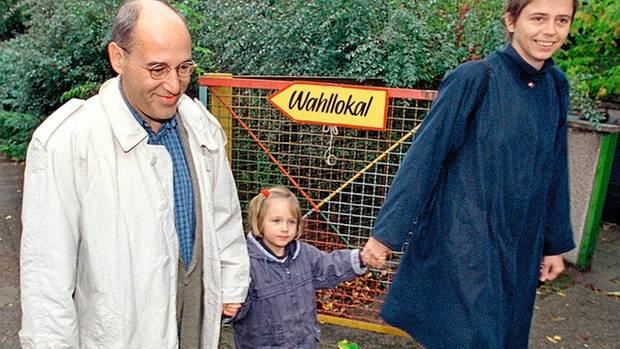 """1999: Gysi privat mit seiner damaligen Frau Andrea Lederer (""""'ne Westfrau"""") und der gemeinsamen Tochter Anna"""