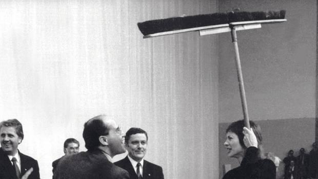 1989: Gysi wird Chef der SED/PDS und bekommt nach seiner Wahl einen Besen geschenkt. Der Auftrag: sauber machen.