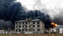 Schwarze Rauchwolken steigen nach einer schweren Explosion aus einem Chemiepark im chinesischen Yancheng auf. Fast 50 Menschen kamen ums Leben, Hunderte wurden verletzt.