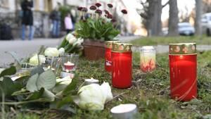 Trauernde haben an dem Tatort in Basel Kerzen und Blumen niedergelegt