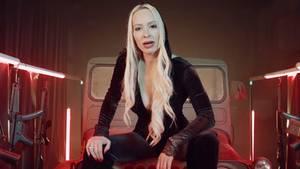 Cora Schumacher im Video von Ado Kojo