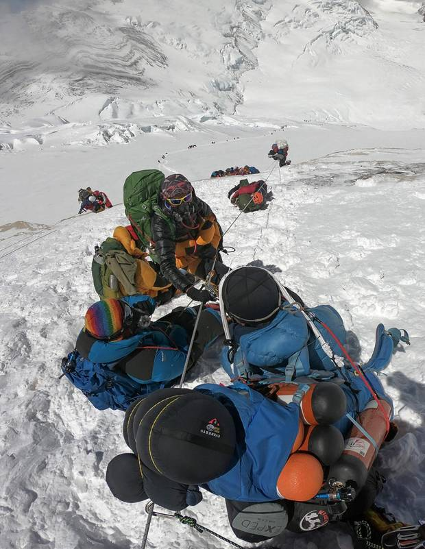 Foto aus dem Mai 2018: Alpinisten steigen über den klassischen Normalweg über die Südseite von Nepal aus zum 8848 Meter hohen Gipfel des Mount Everest