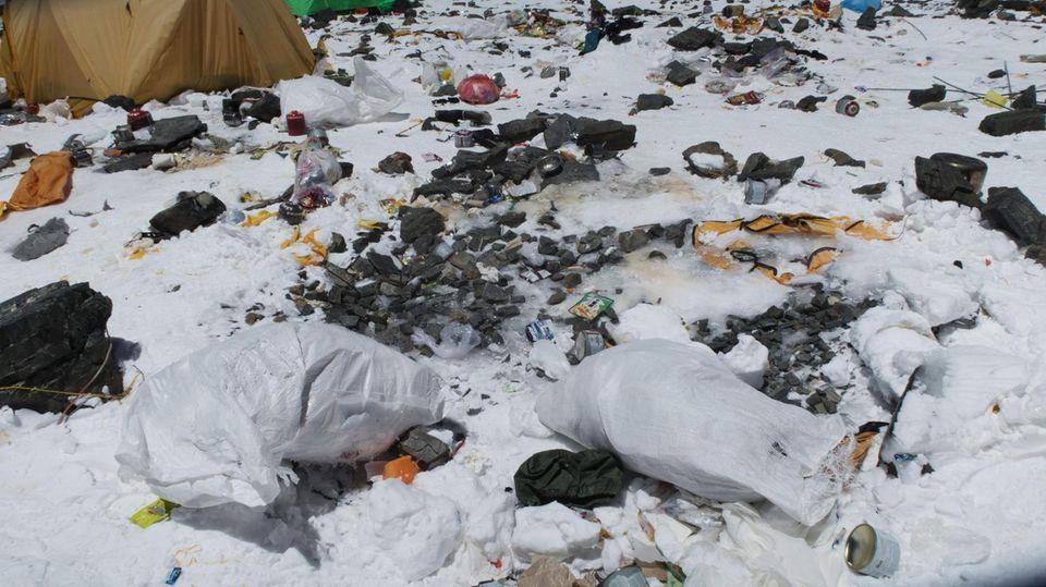 Bergsteiger treffen am Mount Everest auf Abfälle, Plastikund die sterblichen Überreste von Alpinisten aus den Jahren zuvor
