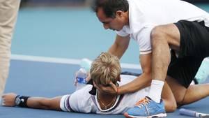 Ein Betreuer hält den Kopf von Nicola Kuhn, der mit einem Ganzkörperkrampf am Boden liegt. Kurze Zeit später kann er wieder aufstehen, gibt aber die Partie auf