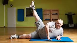 Der beste Sport bei Übergewicht      Was bringt Sport?  Neben kalorienreduzierter Ernährung hilft regelmäßige Bewegung beim Abnehmen. Muskelmasse wird auf-, Fettmasse abgebaut. Langfristig wird so der Grundumsatz erhöht und Jojo-Effekte minimiert. Sport senkt das Risiko für Folgeerkrankungen durch das Übergewicht, wie Bluthochdruck und Diabetes. Auch die starke Belastung von Knochen und Gelenken durch das Übergewicht wird langfristig reduziert.      Welcher Sport ist gut?  Alle Ausdauersportarten, die Gelenke und das Herz-Kreislauf-System schonen: Besonders Schwimmen und Aquagymnastik, aber auch Radfahren, Skilanglauf, Nordic Walking, Spazierengehen oder Wandern.  Zusätzlich ist ein moderates Krafttraining an Geräten oder auf der Matte hilfreich, da mehr Muskeln auch einen höheren Kalorienverbrauch bedeuten. Vor einer Gewichtszunahme muss man dabei keine Angst haben, da der Muskelzuwachs dafür im Allgemeinen zu gering ist.      Wie oft und wie lange?  Zu Beginn reichen drei Trainingseinheiten á 30 Minuten pro Woche. Nach und nach auf möglichst täglich 60 bis 90 Minuten sportlicher Bewegung steigern. Außerdem so viel Aktivität wie möglich in den Alltag bringen, am besten etwa weitere 30 Minuten pro Tag: Treppe statt Aufzug, Gartenarbeit, zu Fuß oder mit dem Fahrrad statt mit dem Auto fahren.  Was sollte man meiden?  Starke Erschütterungen der Gelenke. Also Springen, Hüpfen oder schnelle, abrupte Bewegungen, wie beim Jogging auf harten Untergründen, schnellen Ballsportarten, Alpin-Ski oder schneller Aerobic.