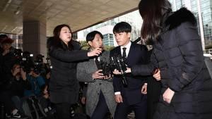Der südkoreanische Künstler Seungri (Mitte) soll in Drogen- und Prostitutionsgeschäfte verwickelt sein