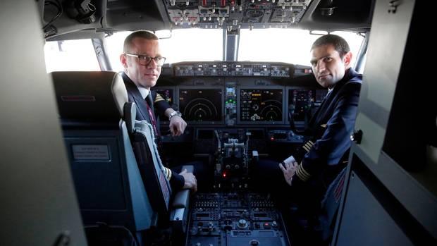Piloten im Cockpit einer Boeing 737 MAX 8. Das Foto entstand anlässlich der ersten Auslieferungen des neuen Typs im Sommer 2018.