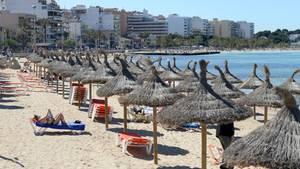 Der Strand an der Playa de Palma in S'Arenal auf Mallorca (Archivbild)