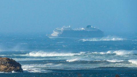 Die Viking Sky hängt mit Antriebsschaden im Sturm vor der norwegischen Küste fest