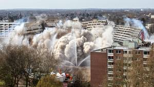 """Sprengung in Duisburg: """"Weißer Riese"""" geht spektakulär zu Boden"""