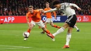 Da war noch Dampf im deutschen Spiel: Leroy Sané erzielt das 1:0 gegen die Niederlande in Amsterdam