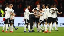 Geburt einer neuen Nationalelf: Die deutschen Nationalspieler feiern den Siegtorschützen Nico Schulz