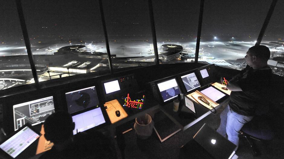 Nachts im Tower (Symbolbild): Die Deutsche Flugsicherung (DFS) erwartet nach 3,4 Millionen Flugbewegungen im deutschen Luftraum eine weitere Steigerung für 2019