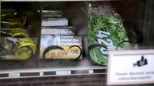 """Trier, Deutschland. Gepresste und getrocknete Blüten in Tütchen sowie Extrakt-Kügelchen in Plastikdosen und allerlei Rauchzubehör könnenrund um die Uhr in einem Automaten in Trier gekauft werden. Es handelt sich um Hanfprodukte mit dem als kaum psychoaktiv geltenden Wirkstoff CBD (Cannabidiol). """"Man kann daraus Tee machen oder damit backen"""", sagt Automaten-Besitzer Kai Schmieder (35). Nur Hanfprodukte mit stark reduzierten THC-Gehalt dürfen in Deutschland gehandelt werden. Ausnahmen gibt es fürCannabisals Medikament auf Rezept."""