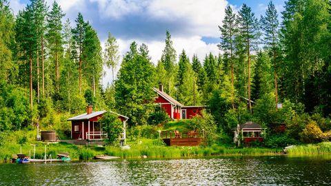 Ein typisch rotes finnisches Holzhaus am See