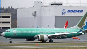 Eine Boeing 737 MAX8 rolltauf dem Boeing Field an einem Hangar von Boeing vorbei