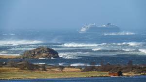 """Die havarierte """"Viking Sky"""" in einem schweren Sturm vor Norwegens Küste"""