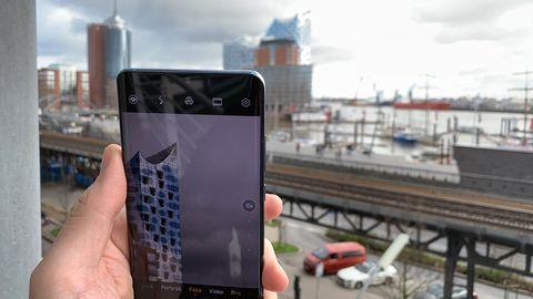 Huawei P30 Pro Smartphone macht ein Bild von der Elbphilharmonie