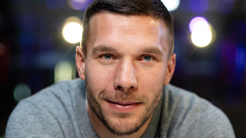 Lukas Podolski schaut in die Kamera