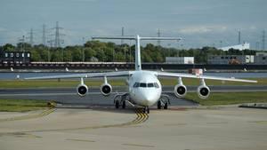 Eignet sich für kurze Start- und Landebahnen: eine vierstrahligeBritish Aerospace BAe 146am London City Airport