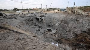 Ein Krater nach demisraelischen Luftangriff auf ein Gebiet der Hamas im Gazastreifen