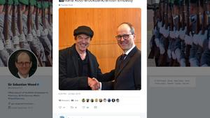 """25. März 2019  Campino wird britischer Staatsbürger  Der Sänger der Toten Hosen Campino ist nun Brite. Bei einerZteremonie in Berlin hat er die britische Staatsbürgerschaft angenommen. """"An Tagen wie diesem liebe ich meinen Job. Ich hatte heute das Vergnügen, die Einbürgerungsfeier für meinen Freund und nun auch Landsmann #Campino vorzunehmen!"""", twitterte der britische Botschafter Sebastian Wood zu einem Bild, dasihn beim Händeschütteln mit Campino zeigt.Der Düsseldorfer Musiker sei als Sohn einer englischen Mutter sozusagen """"schlafender Brite""""gewesen, so die Botschaft.  verwendete Quelle: TwitterSebastian Wood"""