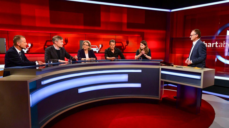 """Herbert Diess, Ulf Poschardt, Svenja Schulze, Markus Lanz, Luisa Neubauer und Moderator Frank Plasberg bei """"Hart aber fair"""""""