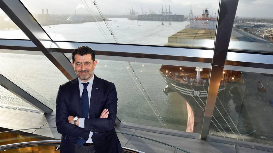 """Mit einem MSC Containerschiff im Rücken: Gianni Onoratoim Yacht Club der """"MSC Bellissima"""". Der Italiener leitet als Chief Executive Officer das UnternehmenMSC Cruises seit 2013."""