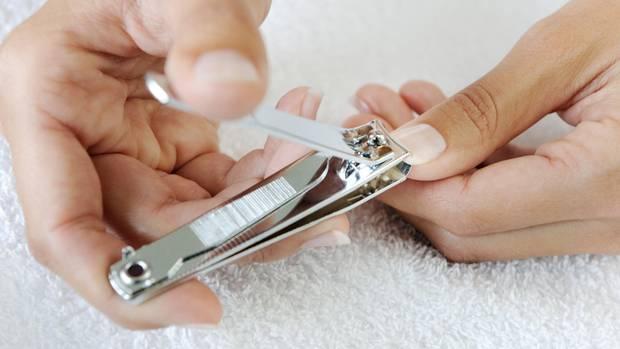 """Nagelschere oder Nagelklipser können feine Risse auf dem Nagel verursachen. Am besten kürzen Sie Ihre Nägelmit einer Nagelfeile. Feilen aus Glas oder Sandblatt sind grundsätzlich schonender als Feilen aus Metall.  Es kann vorkommen, dass Nägel zu dick sind, um sie effektiv mit einer Feile zu kürzen. In diesem Fall können Sie auf einen Nagelknipser zurückgreifen. Es gibt auch robuste Varianten für besonders """"hartnäckige""""Fälle. Gönnen Sie Ihren Füßen vorher ein Fußbad - das weicht die Nägel auf und erleichtert das Schneiden.  Nägel sollten grundsätzlich kurz gehalten werden. Lange Nägel brechen leichter ab, splittern und können so für Verletzungen sorgen."""