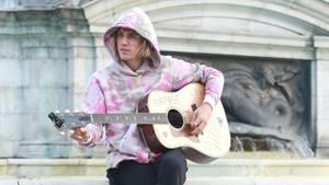 Justin Bieber spielt in London Gitarre