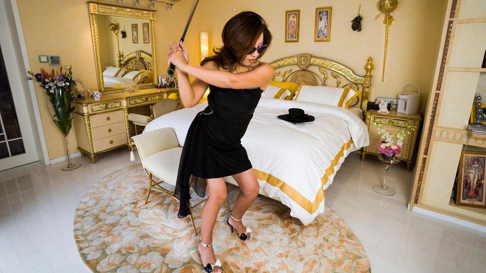 Auch Xue Qiwen, 43, ist ein Versace-Fan. IhreWohnung in Shanghai schmücken Möbeln ihrer Lieblingsmarke. Reich wurde sie mit einem Unternehmen, das Industriekabel vertreibt. Mittlerweile kann sie sich die Mitgliedschaft in drei Golfclubs leisten. Der Beitrag kostet jeweils 100.000 Dollar im Monat.