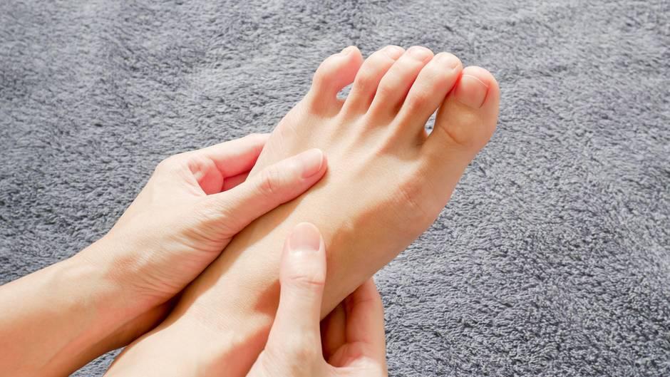 Auch wenn die Versuchung groß ist: Achten Sie darauf, Finger und Fußnägel beim Kürzen nicht zu sehr abzurunden. Sonst besteht die Gefahr, dass sich der nachwachsende Nagel in die Haut bohrt und einwächst.  Bei Fußnägeln ist das Risiko besonders groß, da enge Schuhe seitlich auf den Nagel drucken können. Dermatologen raten daher, Fußnägel gerade abzuschneiden. Haben Sie häufiger Probleme mit eingewachsenen Zehennägeln, sollten Sie einen Arzt zurate ziehen.
